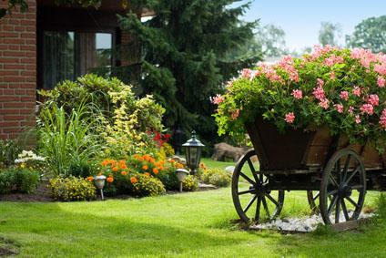 wóz z kwiatami w ogrodzie
