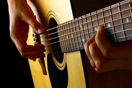 Znalezione obrazy dla zapytania granie na gitarze
