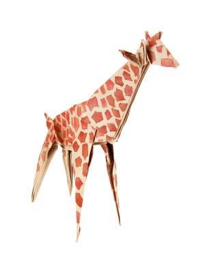 mała zyrafa zlożona z kartki papieru - origami