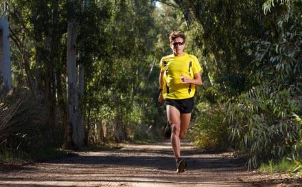facet uprawia jogging