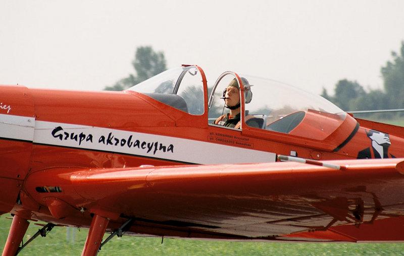 800px-Zelazny_Aerobatic_Team,_Kossinski,_Radom_AirShow_2005,_Poland